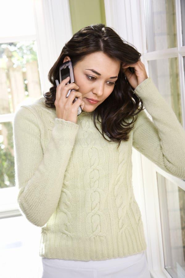 Frau, die auf Handy spricht. lizenzfreie stockfotos