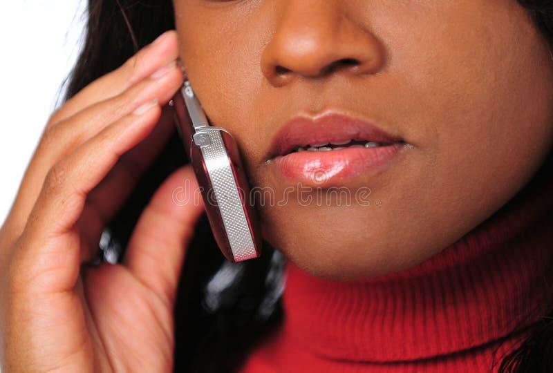 Frau, die auf Handy spricht lizenzfreie stockfotografie