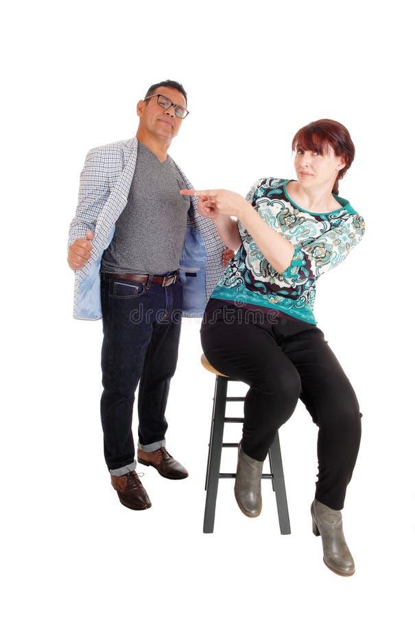 Frau, die auf ihren Ehemann zeigt lizenzfreie stockbilder