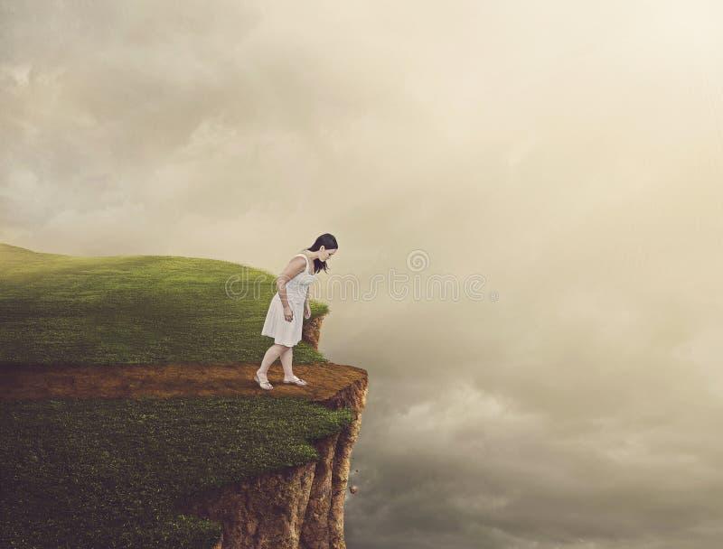 Frau, die auf Klippe geht. lizenzfreies stockfoto