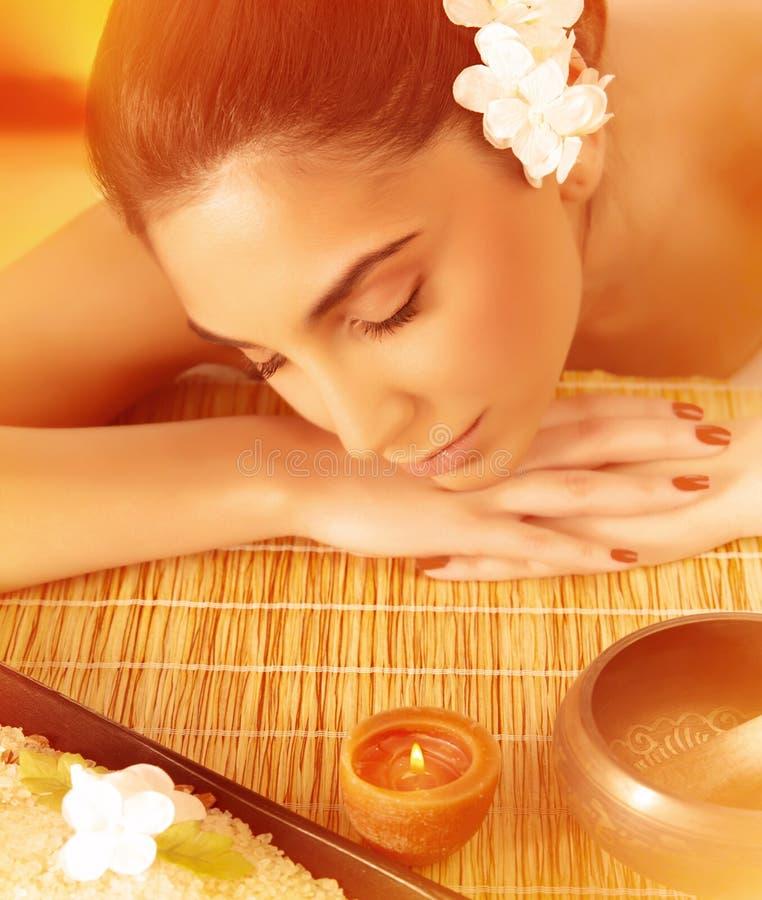 Frau, die auf Massagetabelle schläft lizenzfreies stockfoto