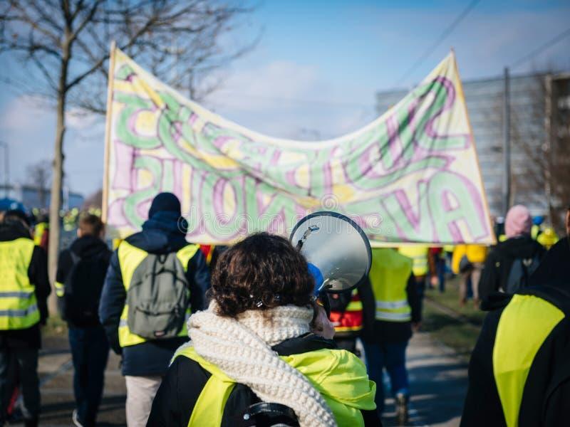 Frau, die auf Megaphonprotest Frankreich schreit stockbilder