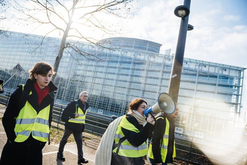 Frau, die auf Megaphonprotest Frankreich schreit stockbild