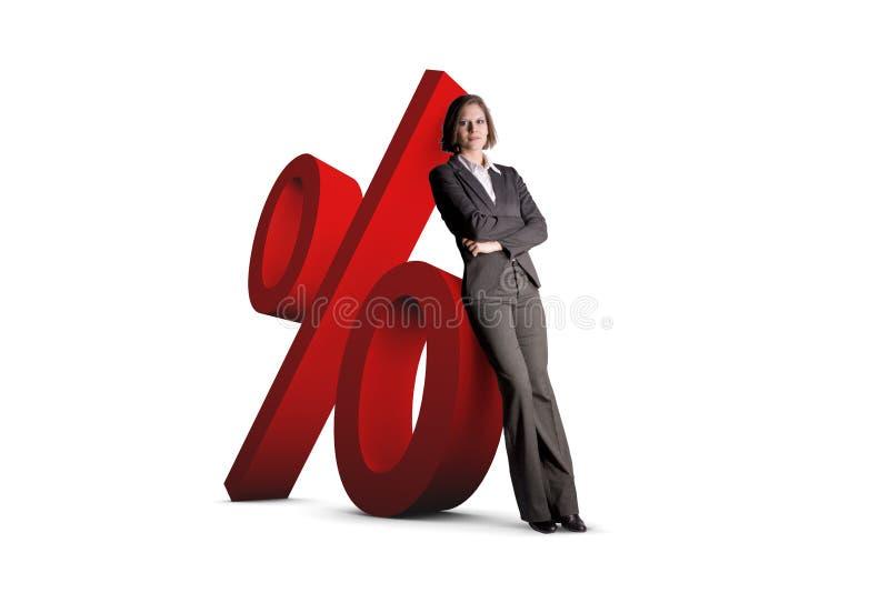Frau, die auf Prozentsatzzeichen sich lehnt vektor abbildung