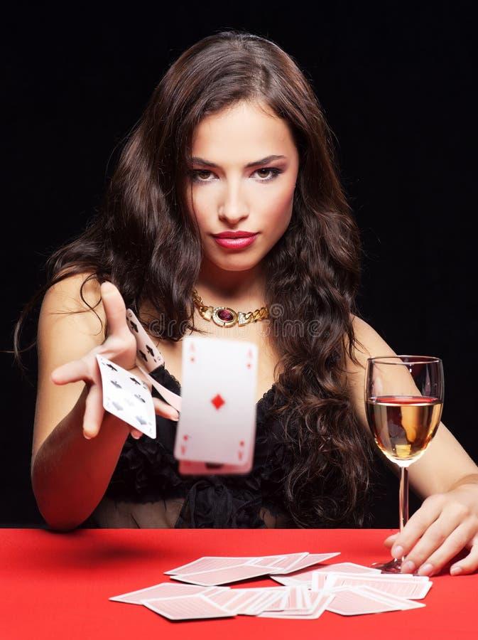 Frau, die auf roter Tabelle spielt lizenzfreie stockfotos