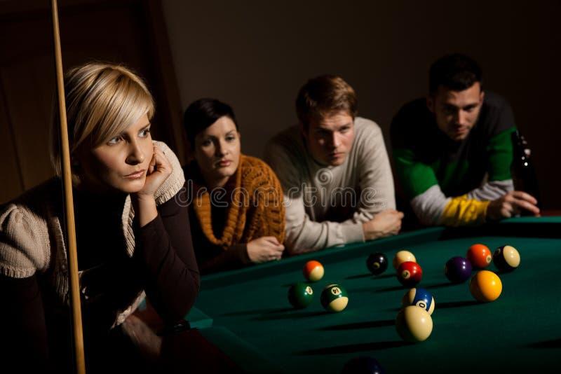 Frau, die auf Snooker sich konzentriert stockbild