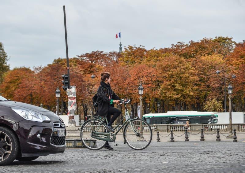 Frau, die auf Straße von Paris, Frankreich radfährt lizenzfreie stockfotos
