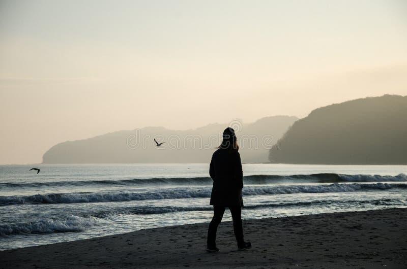 Frau, die auf Strand ein Insel RÃ ¼ GEN in Deutschland geht lizenzfreie stockbilder
