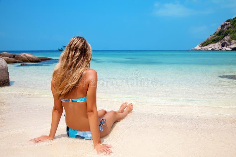 Frau, die auf Strand sich entspannt stockbild