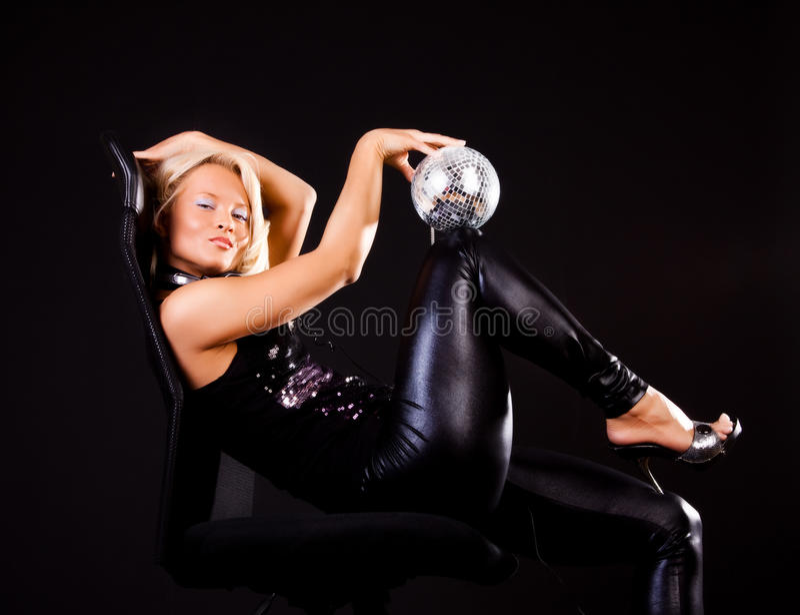 Frau, die auf Stuhl sich entspannt stockfotografie