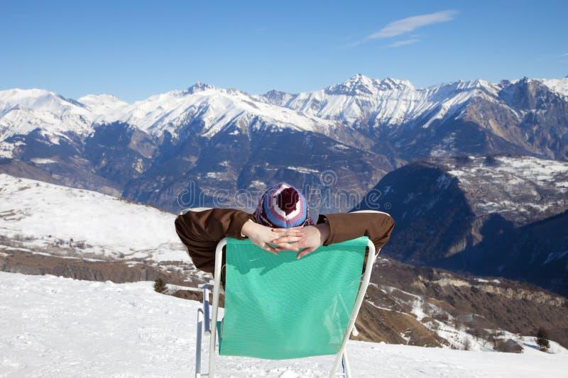 Frau, die auf Stuhl stillsteht stockfoto