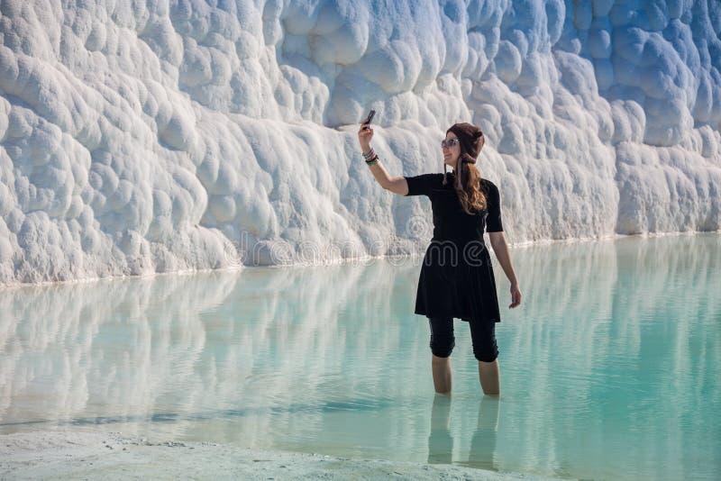 Frau, die auf die Terrassen bei Pamukkale geht Es Baumwollschloss auf Türkisch und ist- Naturlandschaft stockfotografie