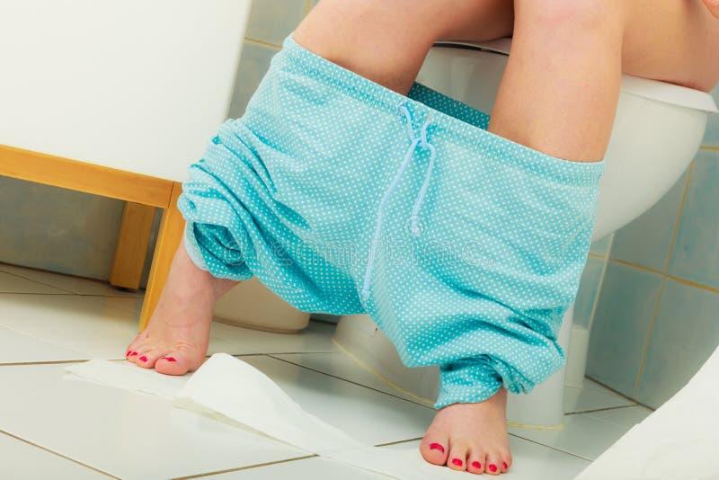 Frau, die auf Toilette am Morgen sitzt lizenzfreie stockfotografie