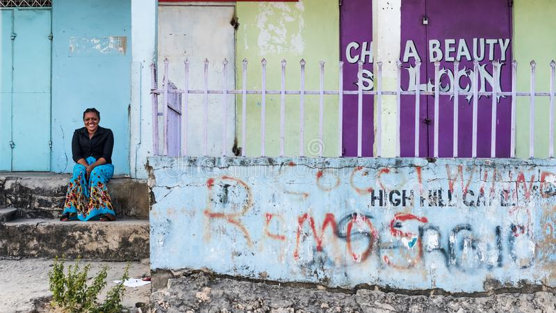 Frau, die auf Treppe auf Sansibar, Tanzania sitzt stockbild