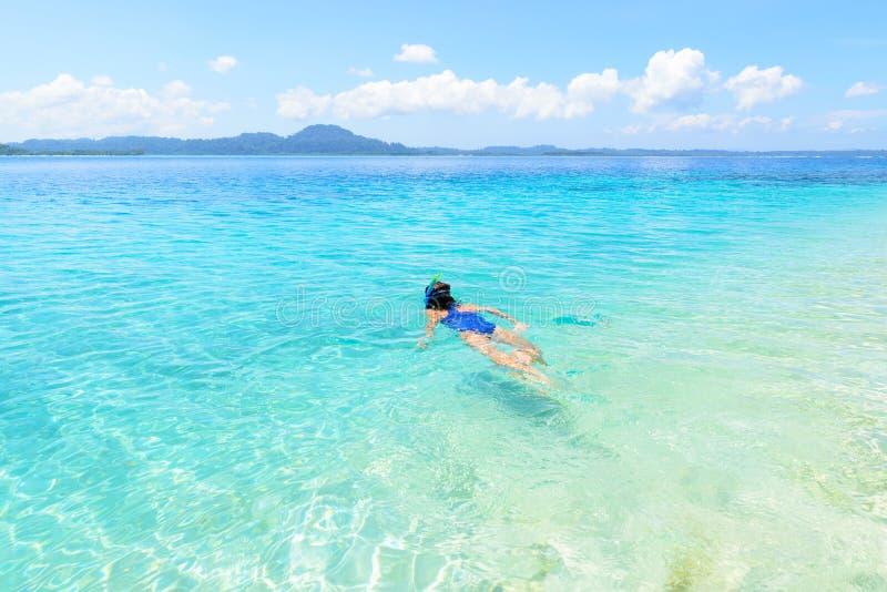 Frau, die auf tropischem karibischem Meer des Korallenriffs, blaues Wasser des T?rkises schnorchelt Archipel Indonesiens Wakatobi stockbilder