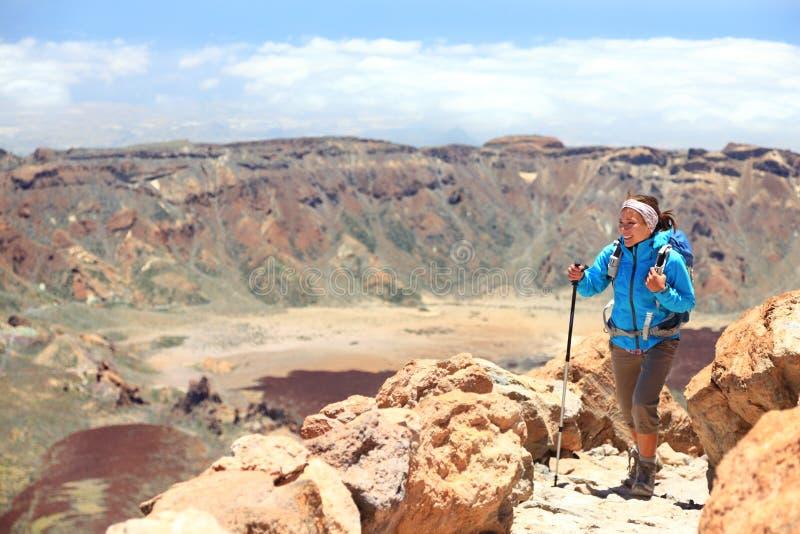 Frau, die auf Vulkan Teide, Tenerife wandert lizenzfreie stockfotografie
