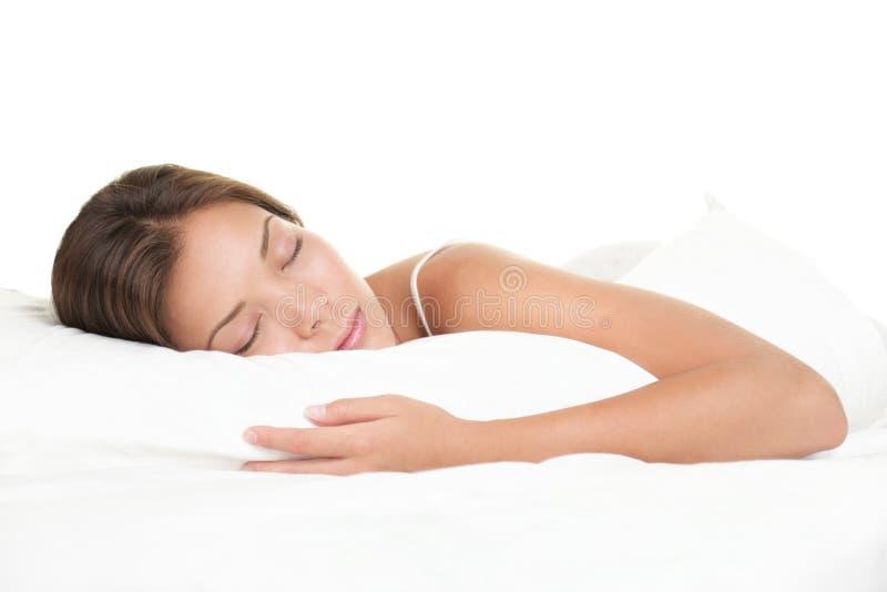Frau, die auf weißem Hintergrund schläft stockfotografie