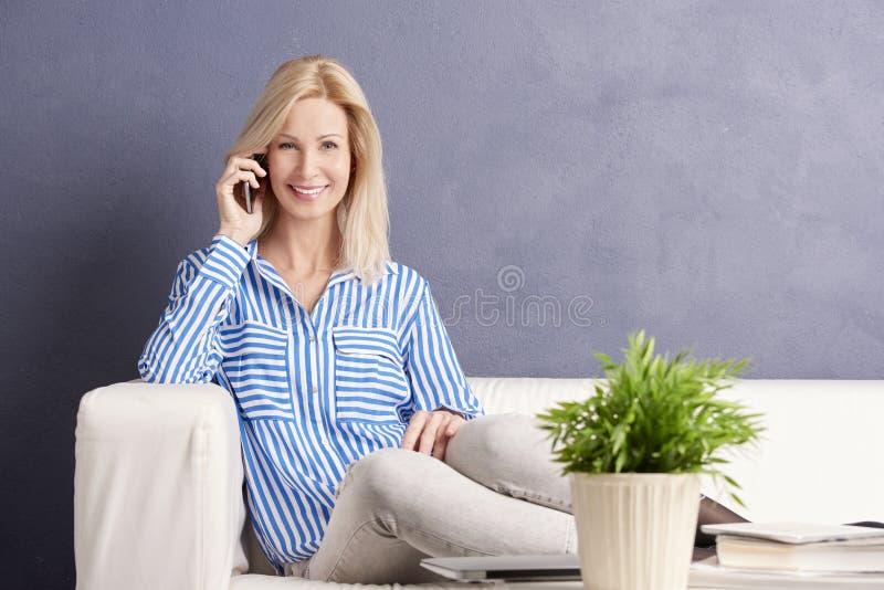 Frau, die Aufruf bildet lizenzfreies stockfoto