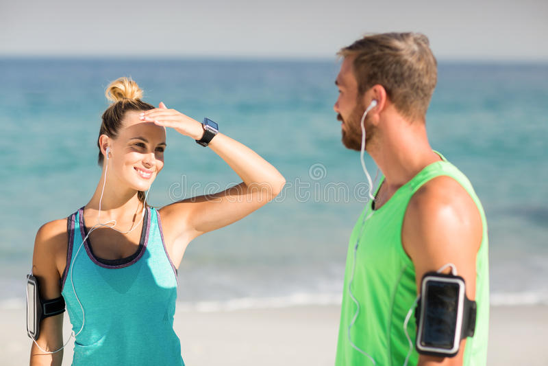 Frau, die Augen beim Betrachten des Mannes abschirmt lizenzfreie stockbilder