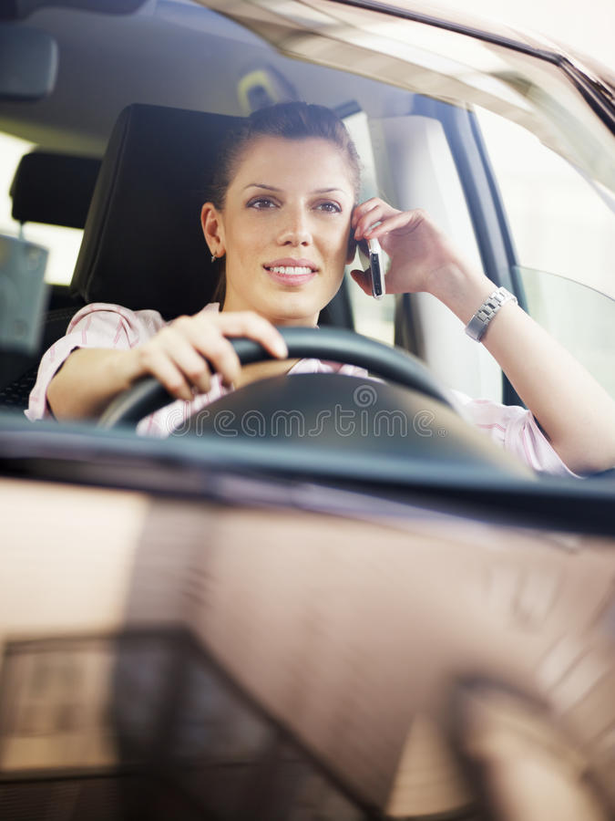 Frau, die Auto antreibt lizenzfreies stockbild