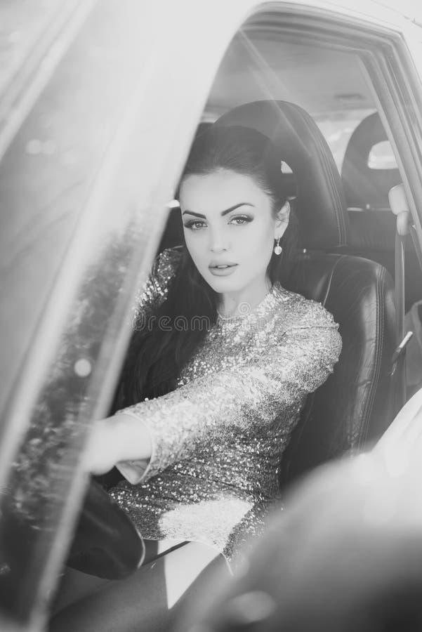 Frau, die Auto antreibt lizenzfreie stockfotografie