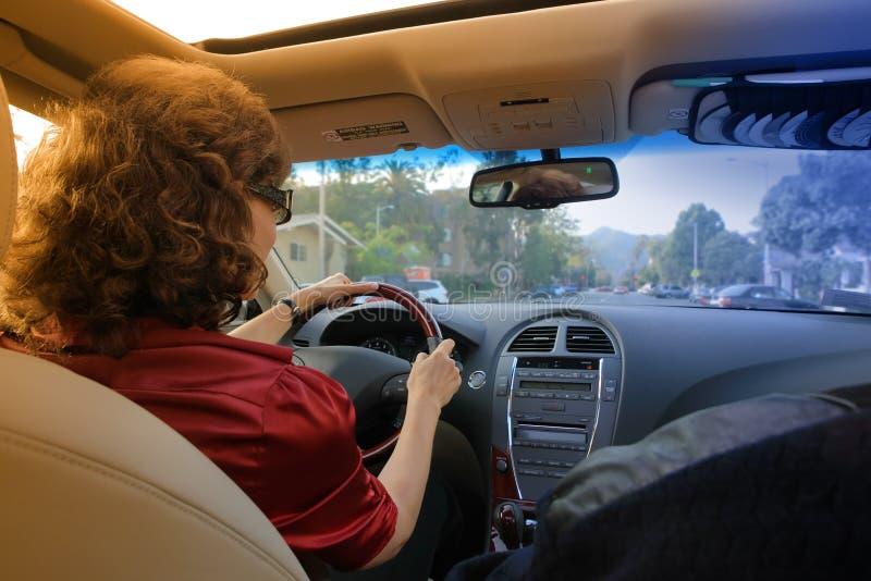 Frau, die Auto antreibt lizenzfreies stockfoto