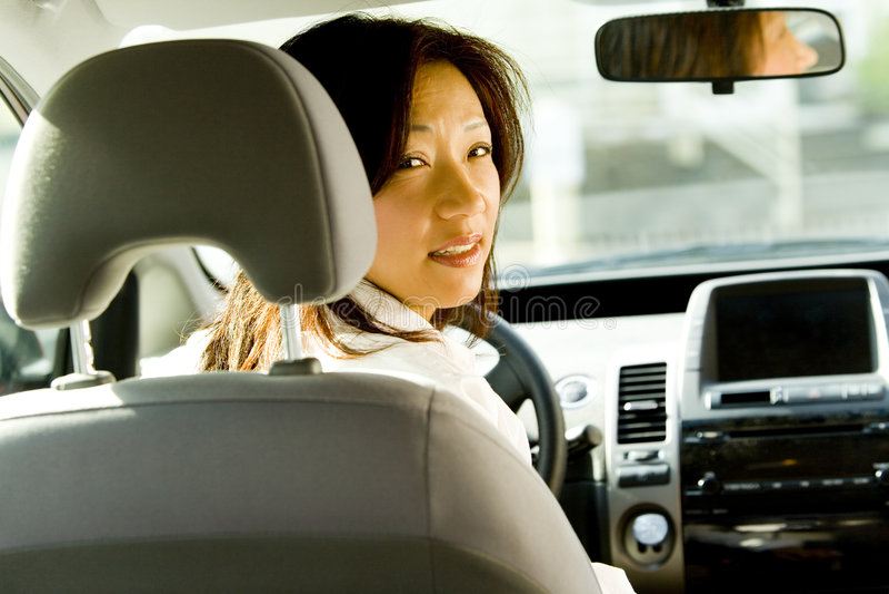 Frau, die Auto antreibt lizenzfreie stockfotos