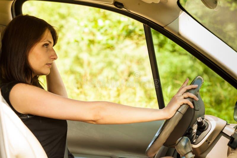 Frau, die Auto antreibt Sommerurlaubsreisereise stockfoto