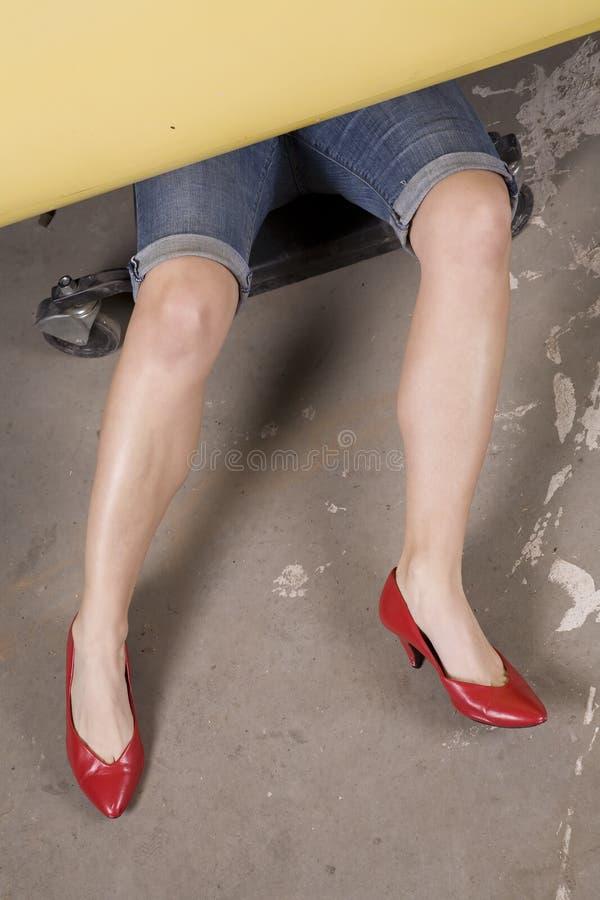 Frau, die an Autofersen arbeitet lizenzfreies stockbild
