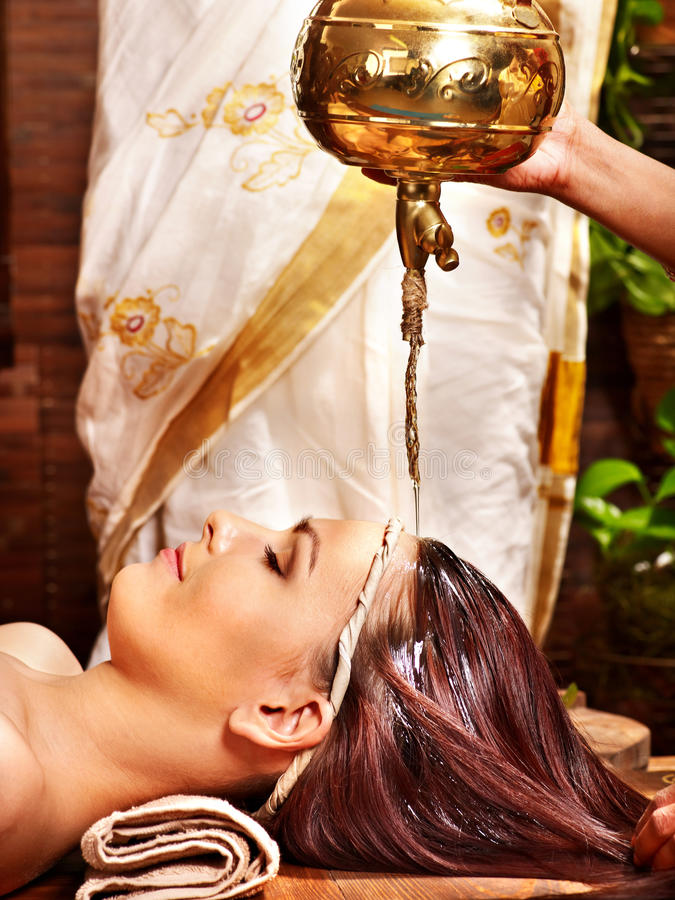 Frau, die Ayurvedic Badekurortbehandlung hat. lizenzfreie stockfotografie