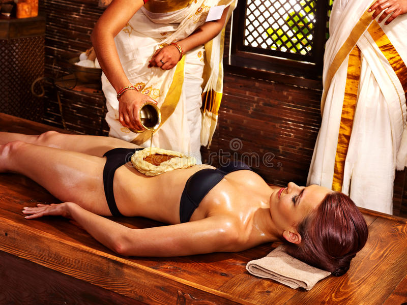 Frau, die Ayurvedic Badekurortbehandlung hat lizenzfreie stockbilder