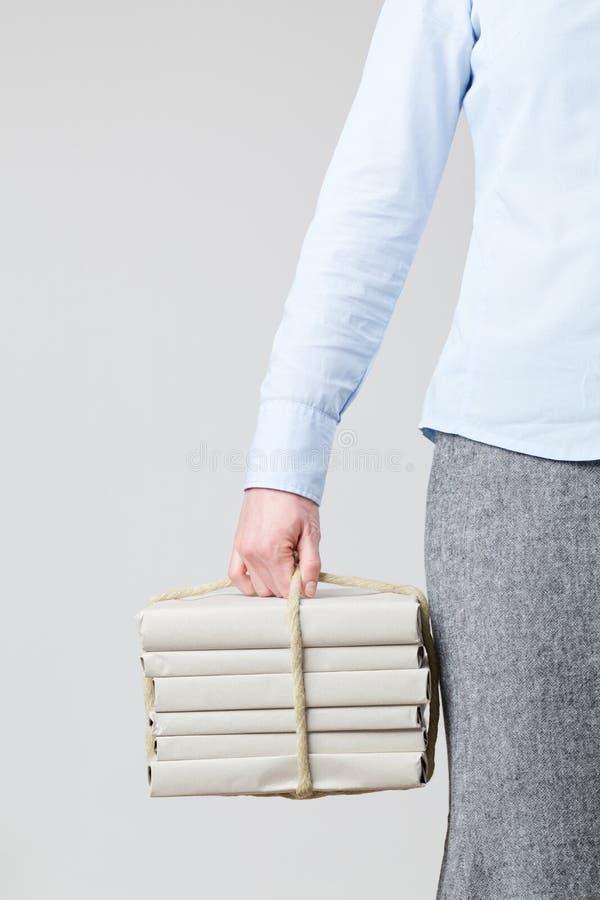 Frau, die Bücher als Paket hält lizenzfreies stockfoto