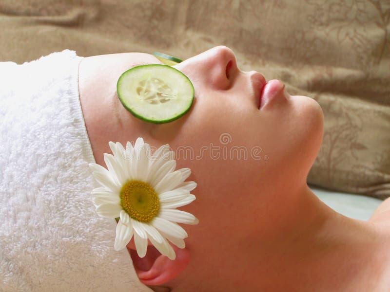 Frau, die am Badekurort sich entspannt stockfoto
