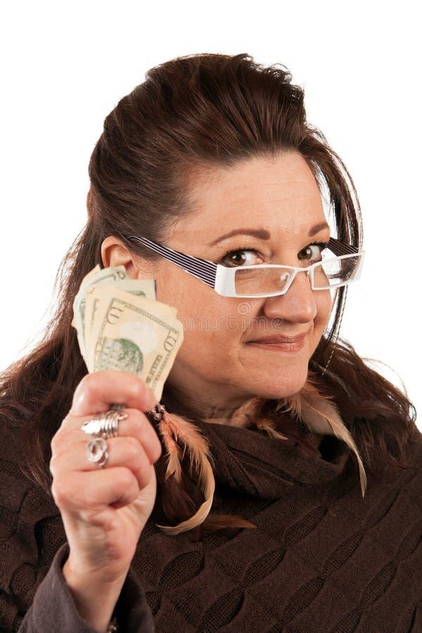 Frau, die Bargeld hält lizenzfreie stockfotografie