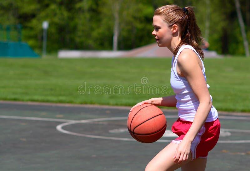 Frau, die Basketball spielt lizenzfreies stockfoto