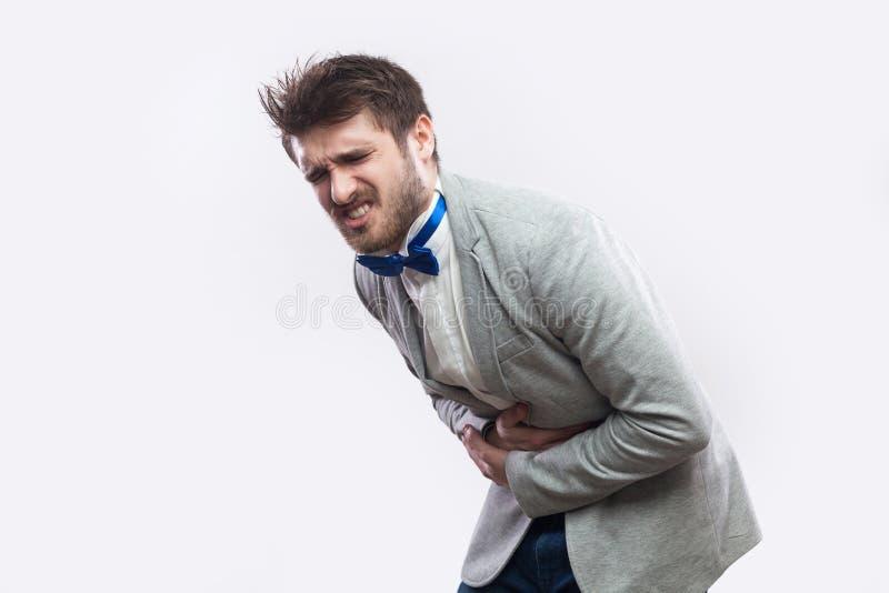 Frau, die Bauchschmerzen, Magen oder Monatsklammern hat Seitenansichtporträt des Profils des jungen bärtigen Mannes im zufälligen lizenzfreie stockbilder
