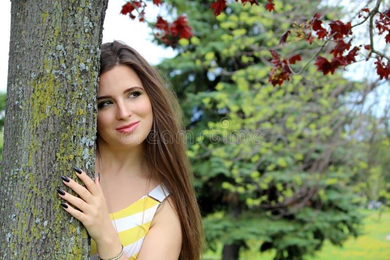 Frau, die Baum umarmt stockbilder