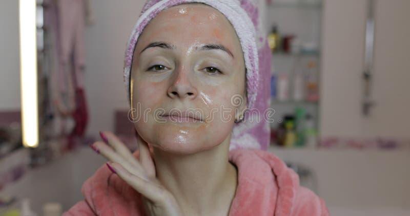 Frau, die befeuchtende Hautcreme der Maske auftr?gt Skincare-Badekurort Kopf einer Nahaufnahme der jungen Frau lizenzfreie stockfotos
