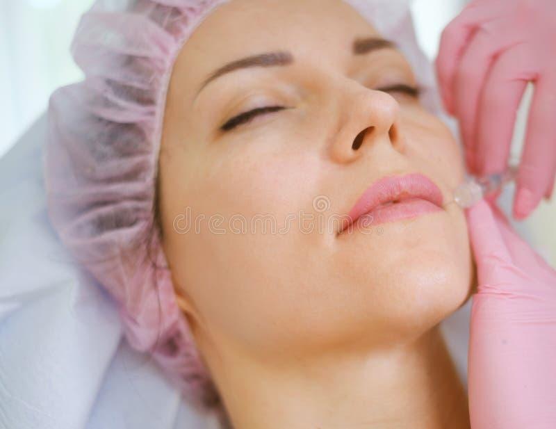 Frau, die Behandlung mit Hautfüller der injizierbaren Hyaluronsäure erhält lizenzfreie stockfotos