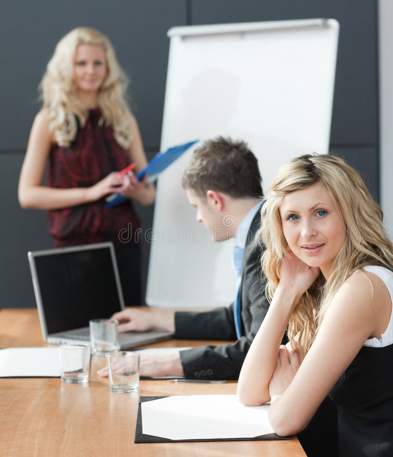 Frau, die bei einer Geschäftsteamwork-Sitzung sich darstellt stockfotos