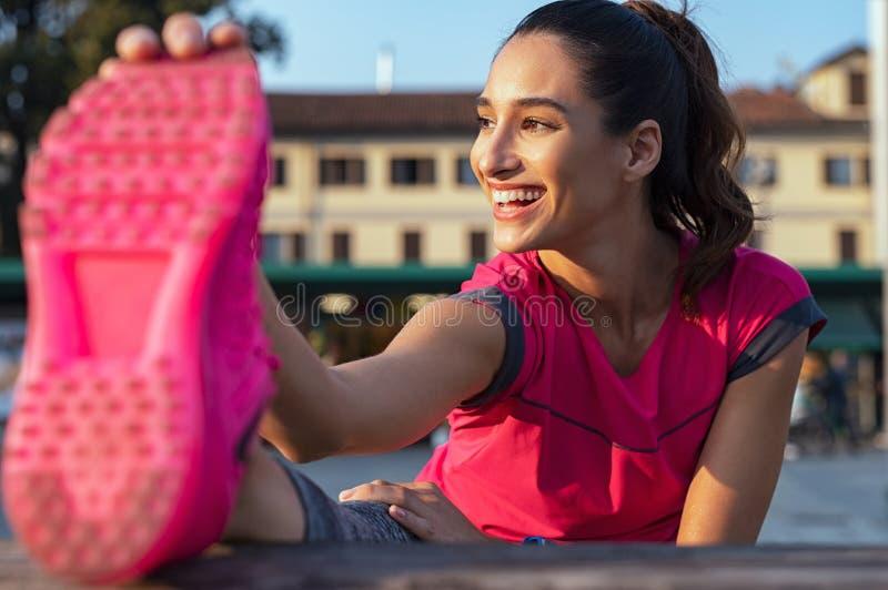 Frau, die Beine nach laufend ausdehnt lizenzfreie stockbilder