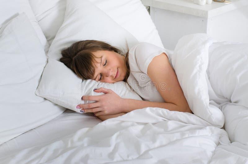 Frau, die bequem im Bett liegt stockfoto