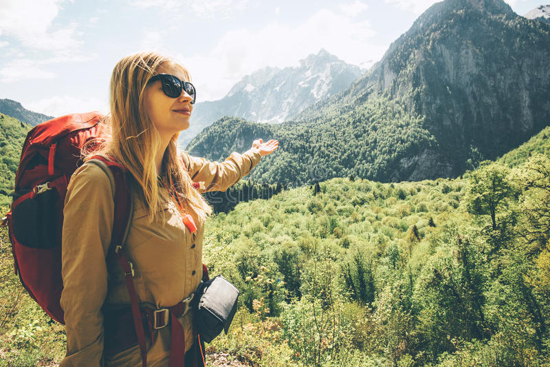 Frau, die in Berge mit Rucksack reist stockbilder