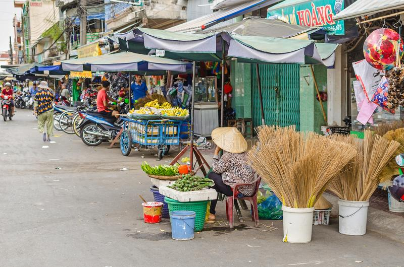 Frau, die Betel - Nüsse am Markt von Cai Be, Vietnam verkauft lizenzfreie stockbilder