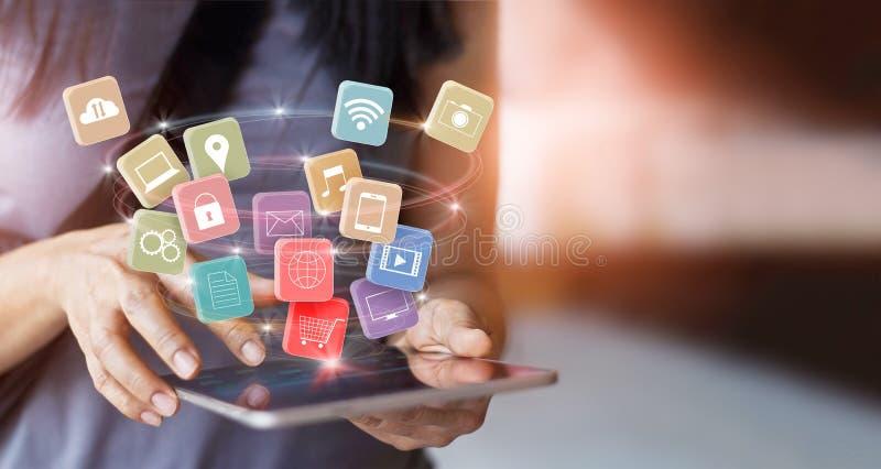 Frau, die bewegliche Tablettenzahlungen für das on-line-Einkaufen verwendet lizenzfreies stockbild