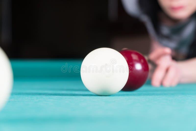 Frau, die Billiarde spielt Stichwort und Billardkugeln lizenzfreie stockfotos