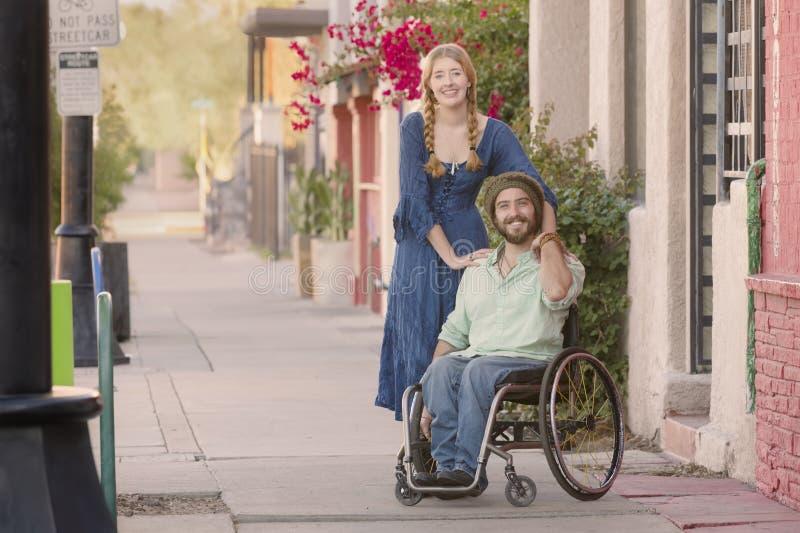 Download Frau, Die Blaues Kleid Und Mann Im Rollstuhl Trägt Stockbild - Bild von schönheit, haltung: 118372529