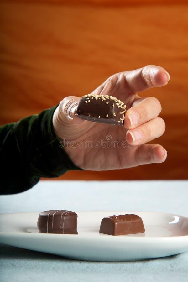 Frau, die Bonbon isst lizenzfreies stockfoto