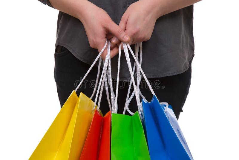 Frau, die bunte Einkaufstaschen in ihrer Hand hält lizenzfreies stockbild
