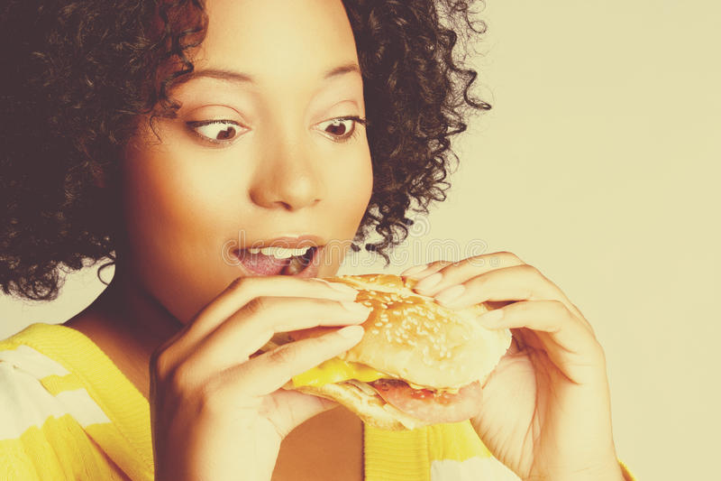 Frau, die Burger isst stockbild